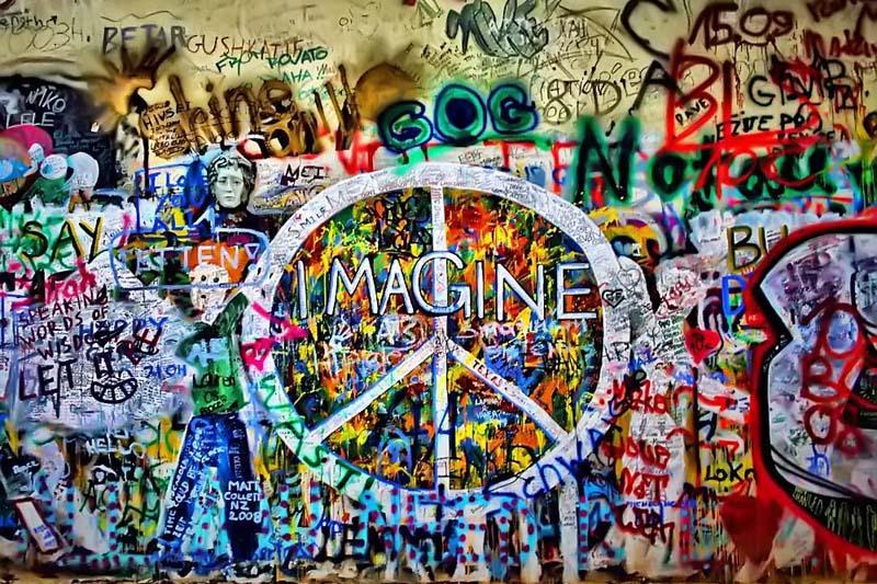 'Imagine' valt te lezen op de beroemde John Lennon Wall in Praag.